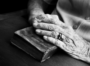 old_womens_hands_403